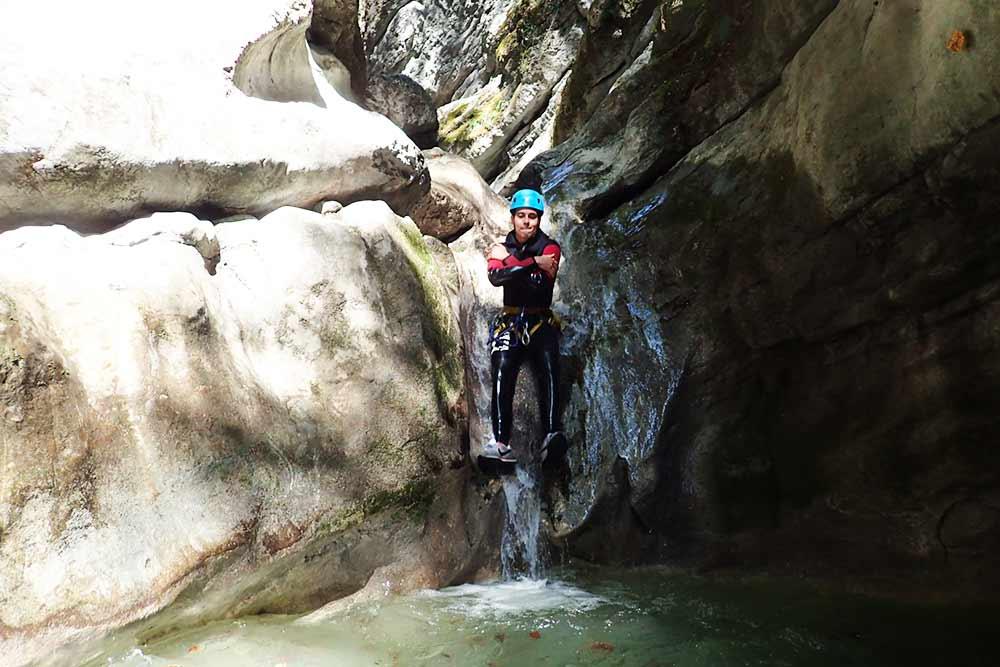 toboggande face en canyoning à annecy