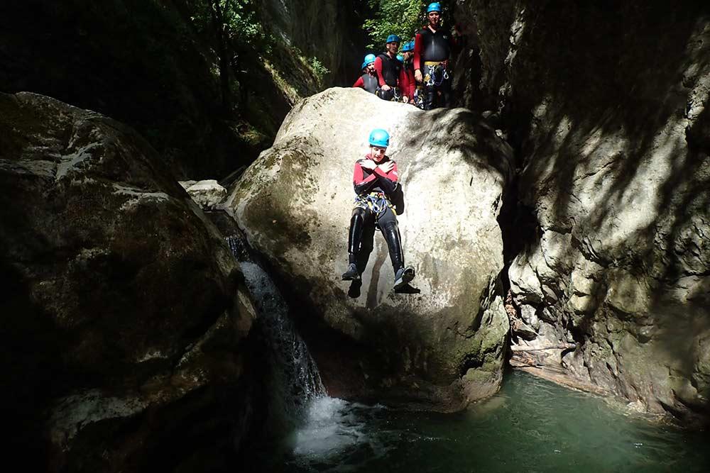 toboggan sur un rocher au canyoning montmin
