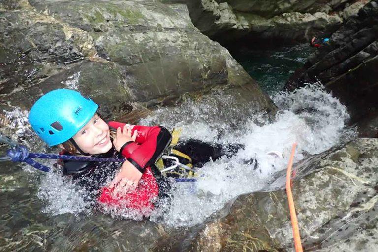 enfant en rappel toboggan canyon de montmin