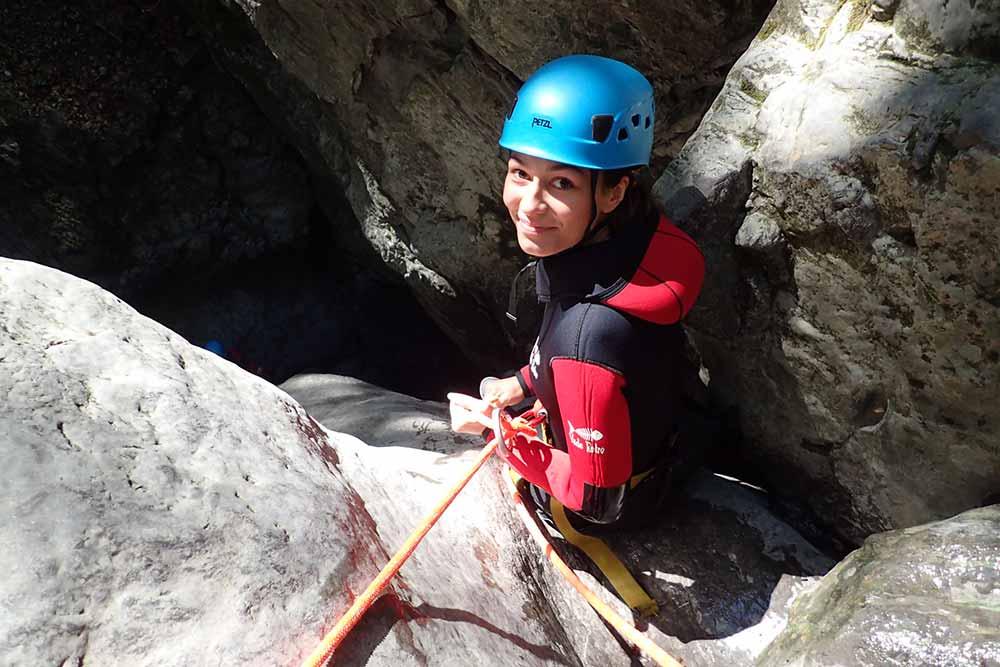 femme en rappel au canyon de montmin