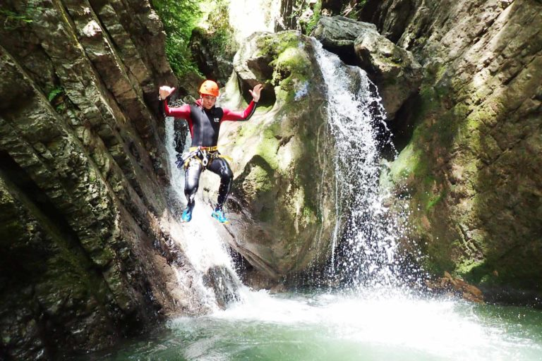 saut dans une cascade au canyon de montmin