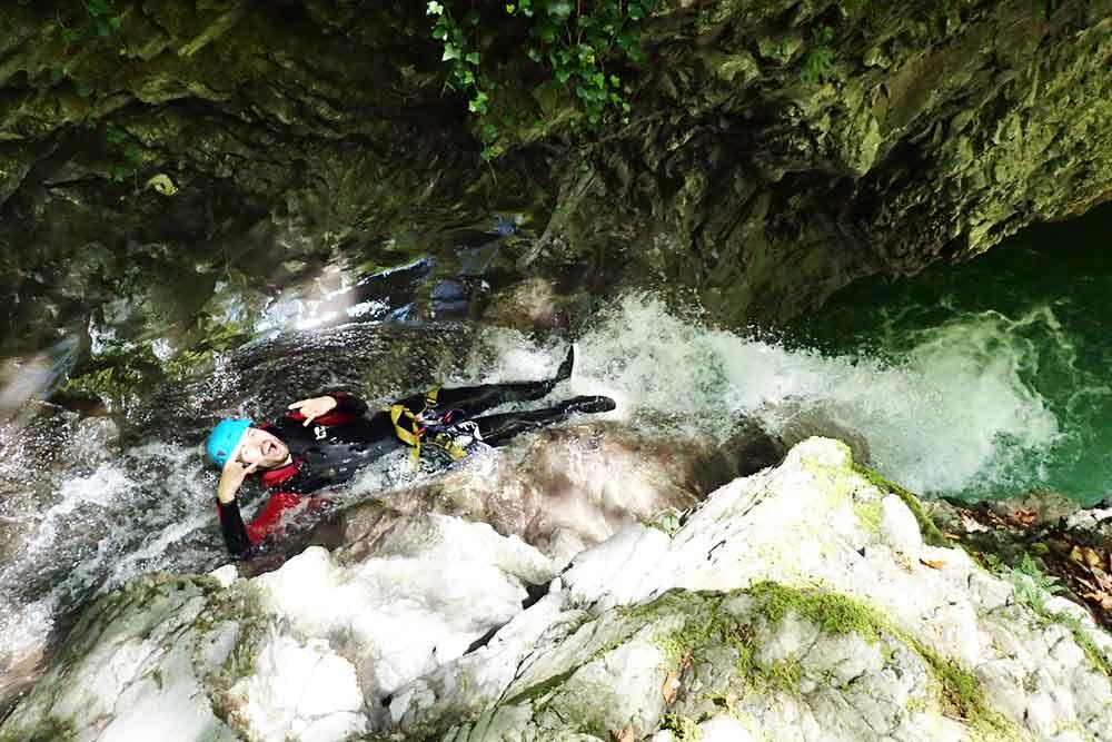 homme dans toboggan au canyon montmin