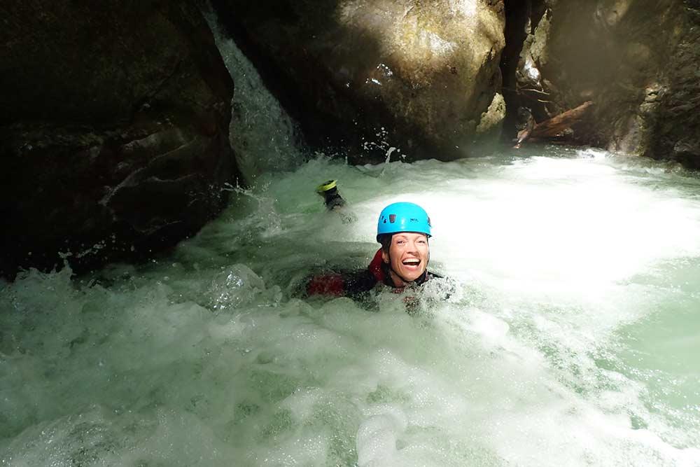 sourrire d'une femme au canyoning de montmin