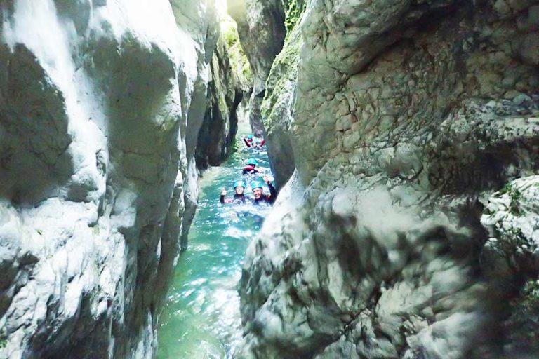 nageurs dans le canyon du pont du diable