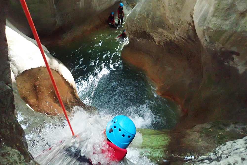 homme dans une cascade canyon pont du diable