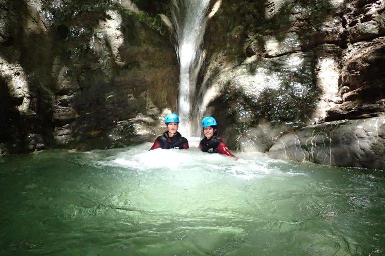 deux femmes dans une cascade au canyon d'angon