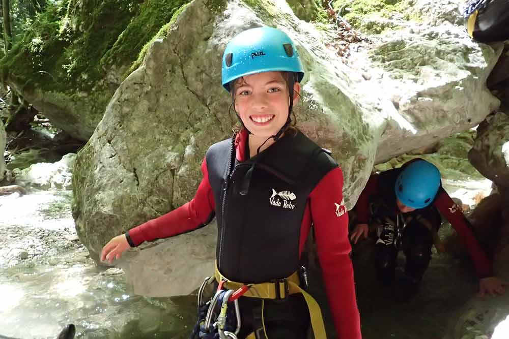enfant qui marche au canyoning angon
