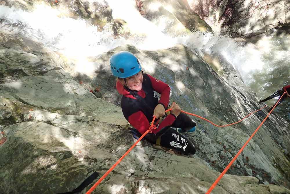 femme qui descend une cascade au canyoning angon
