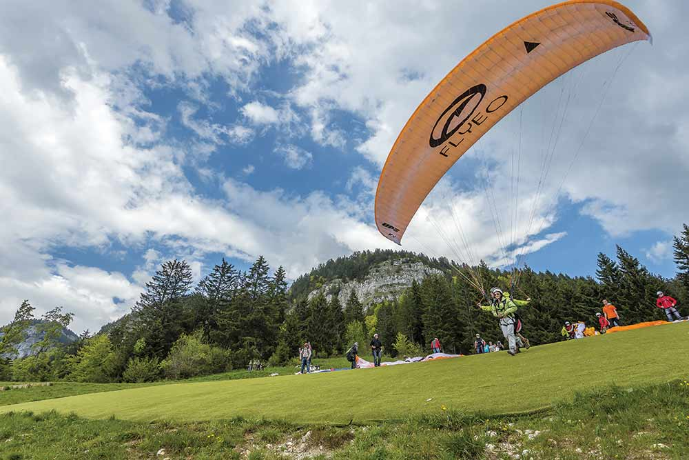 un parapente biplace décolle à Annecy
