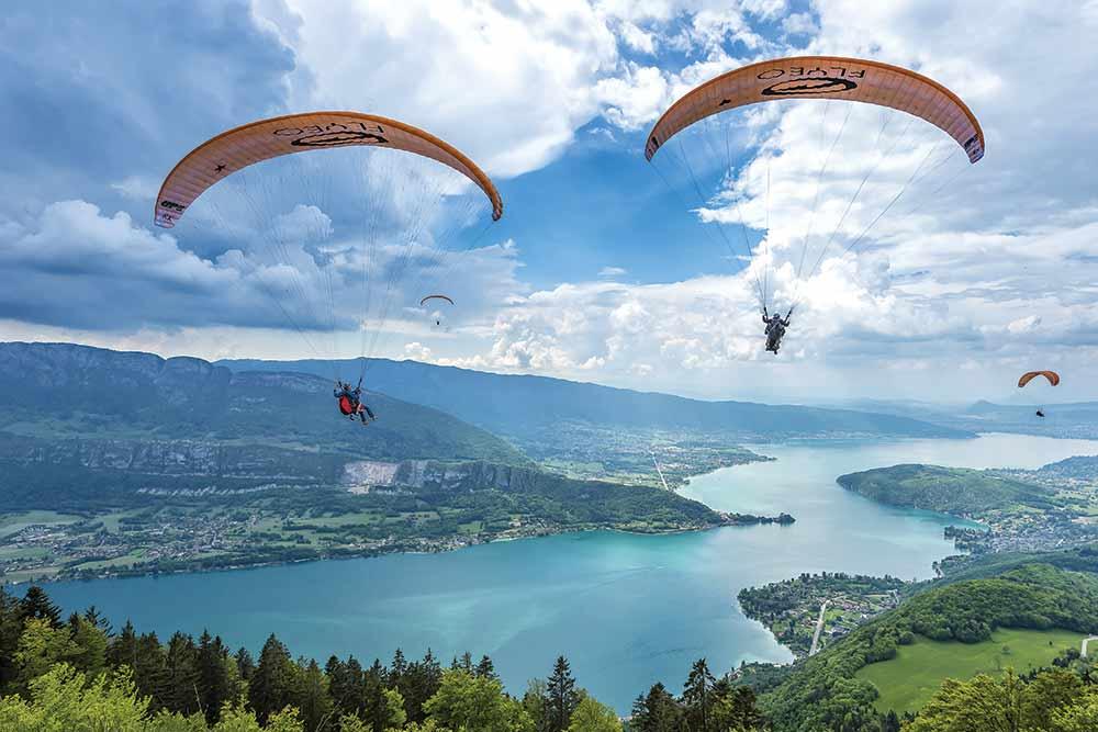 deux parapente biplace vols au dessus du lac d'Annecy