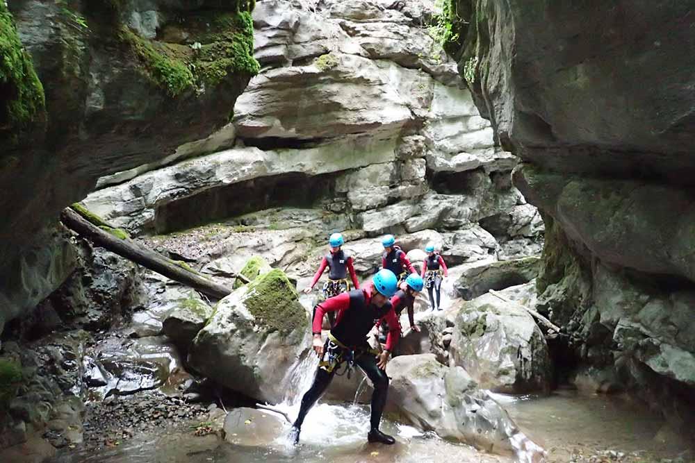 groupe entre des rochers en randonnée aquatique annecy