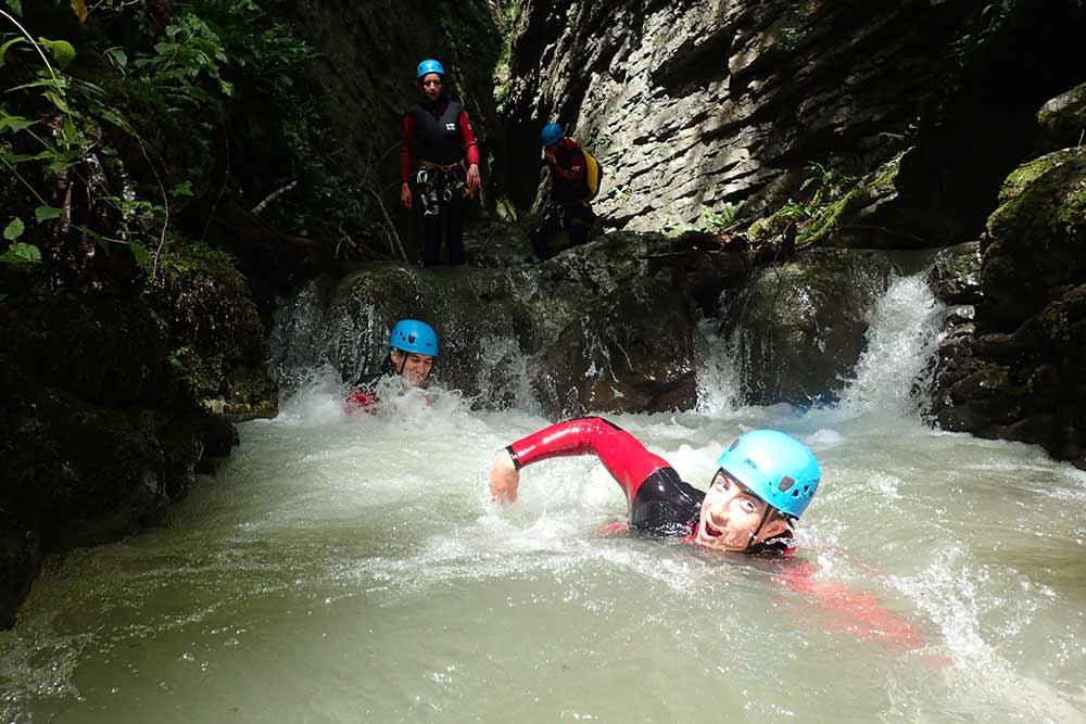 homme qui nage dans le canyon d'Angon