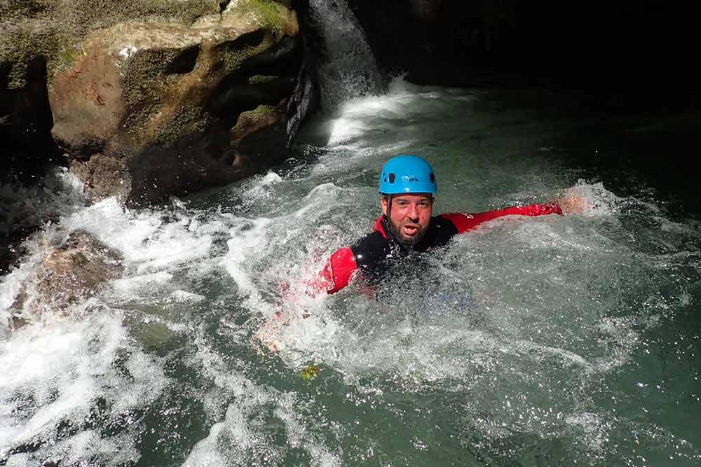 homme qui nage au canyon de Montmin