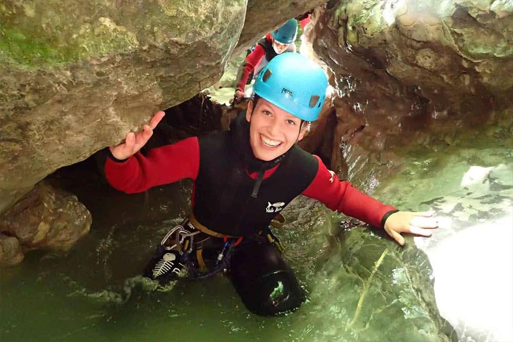 femme dans un canyoning à annecy pack activité