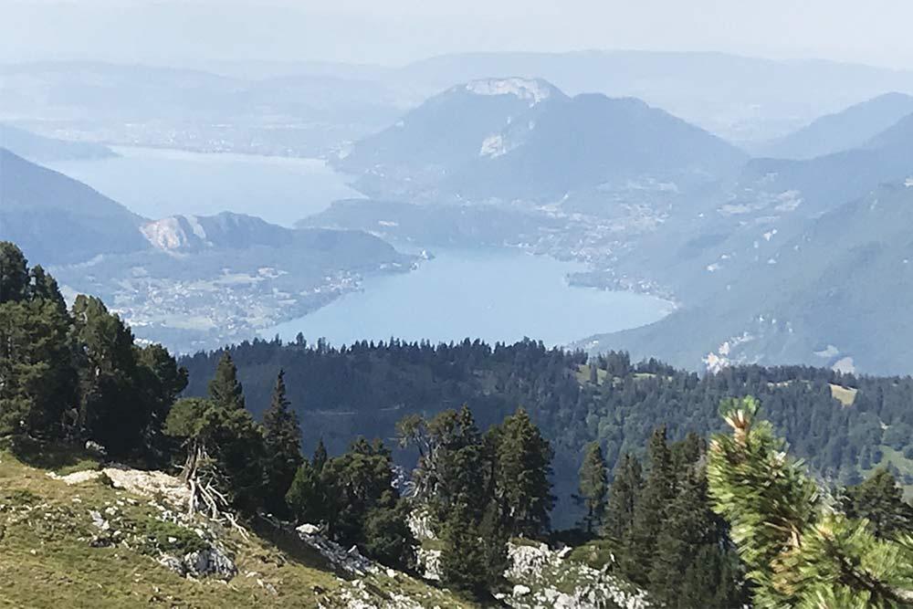 vue du lac d'annecy depuis la via ferrata