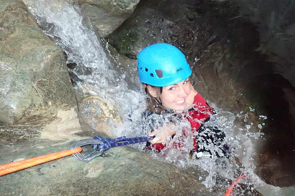 fefemme en canyoning à Annecypack activité