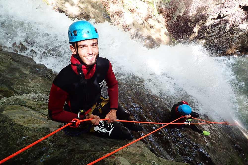 rappel dans cascade arrosée au canyon angon