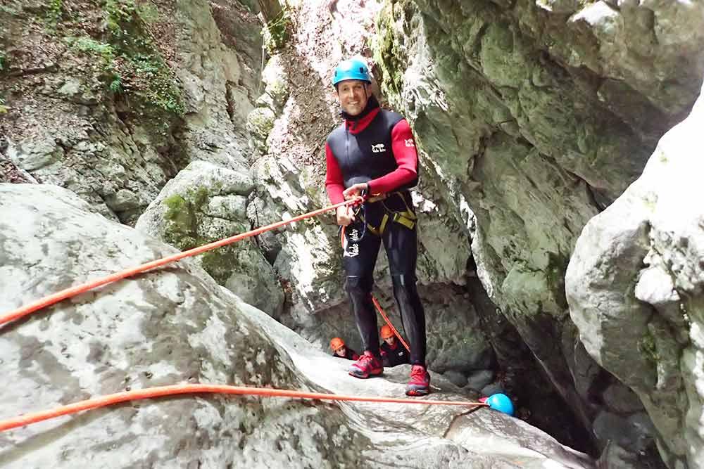 homme qui descend en rappel au canyon de montmin