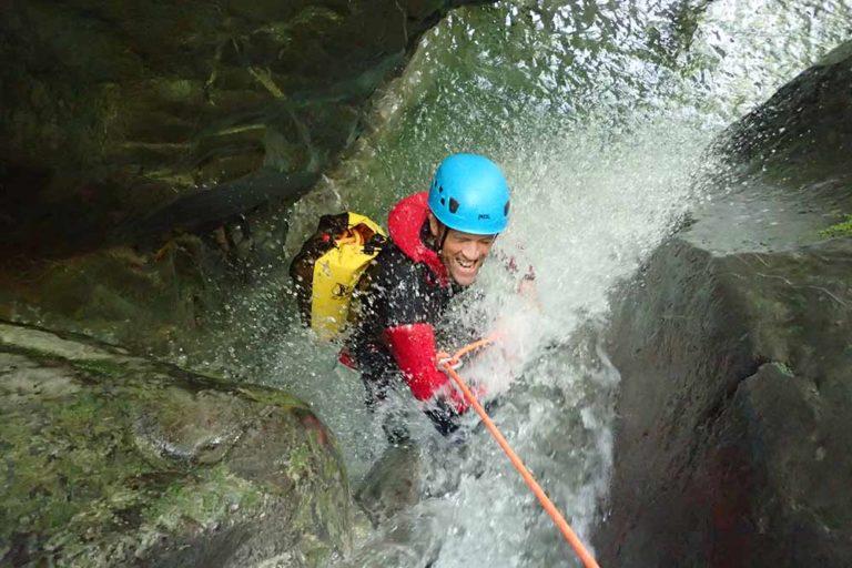 homme dans une cascade au canyon angon
