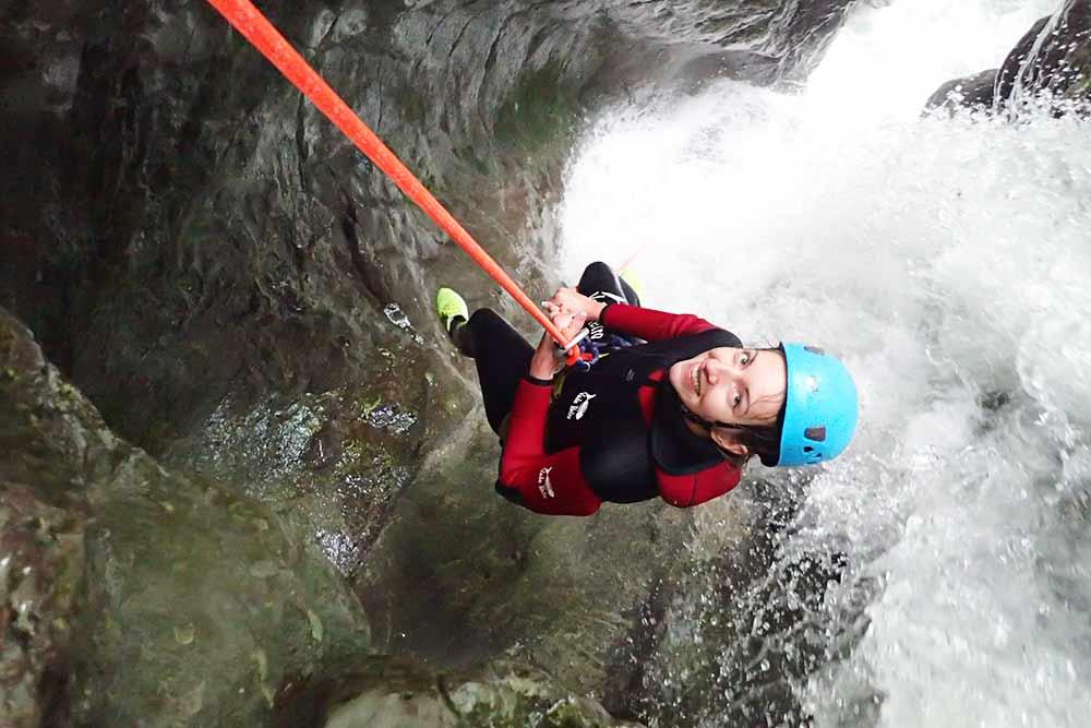 femme dans une cascade au canyon d'angon