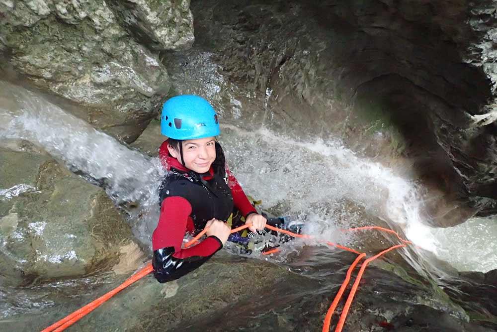jeune fille en rappel toboggan au canyoning d'angon Annecy