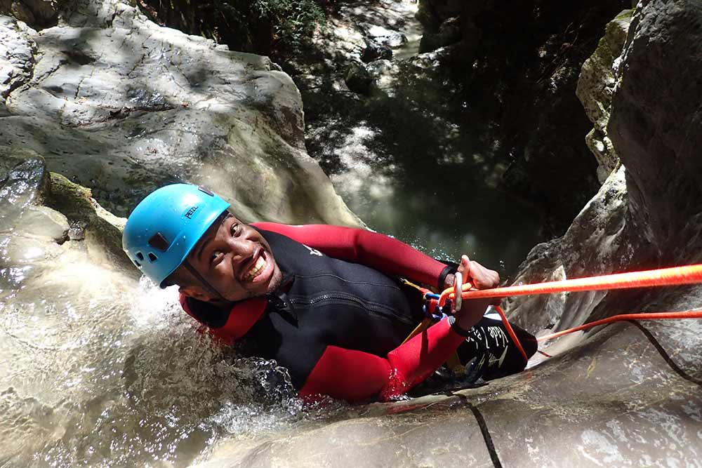 homme qui descend le canyoning d'Angon