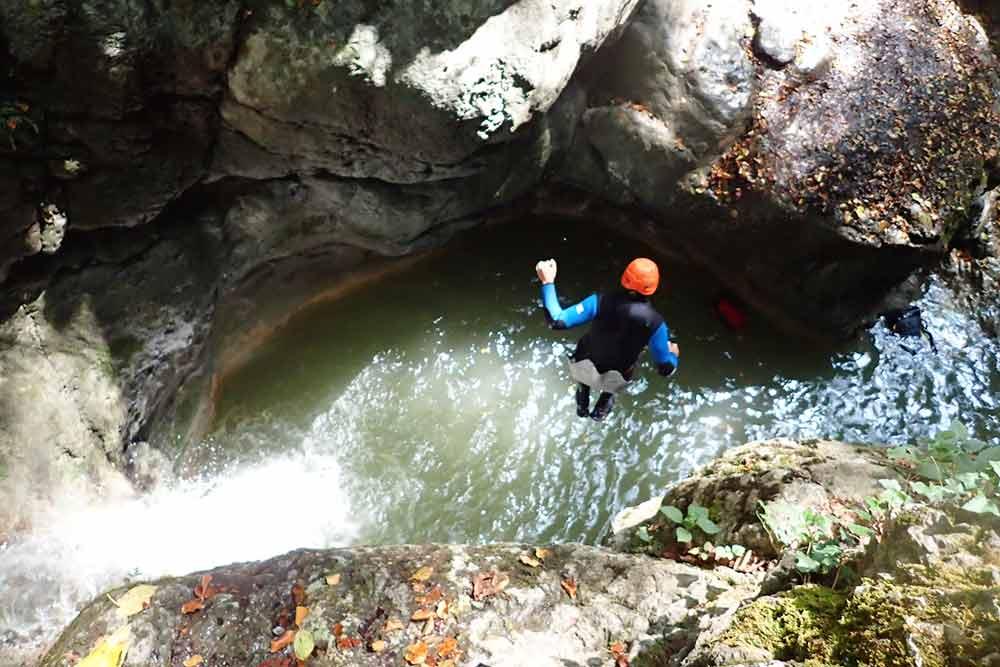un homme saute dans le canyon angon