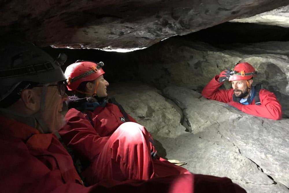 personnes dans la grotte de la diau à annecy