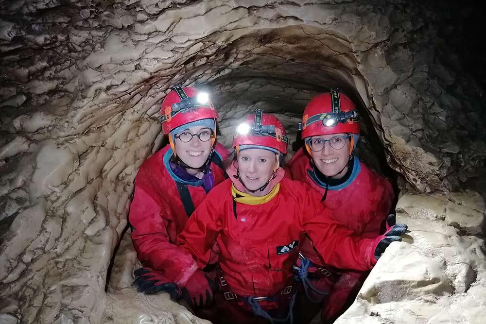 trois personnes dans une cavité spéléologie annecy