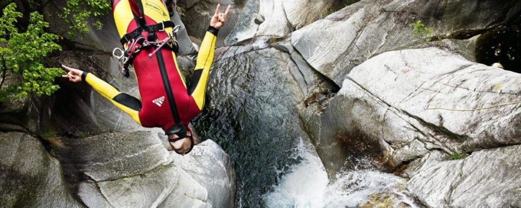 terreo canyoning annecy canyoneur qui saute