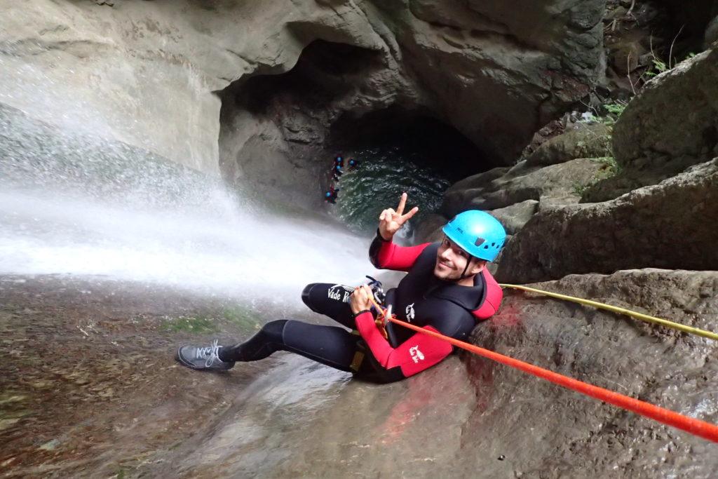 homme qui descend en canyoning cascade angon