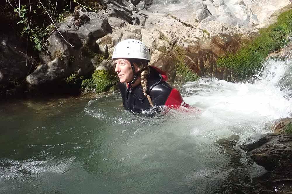 femme dans l'eau canyoning