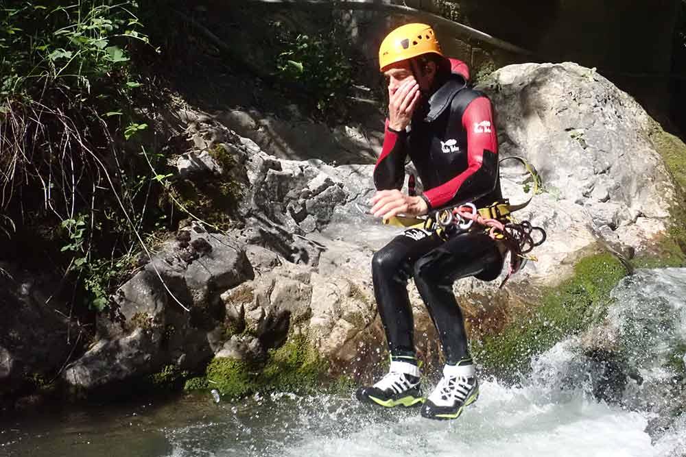 un homme saute en canyoning frontenex