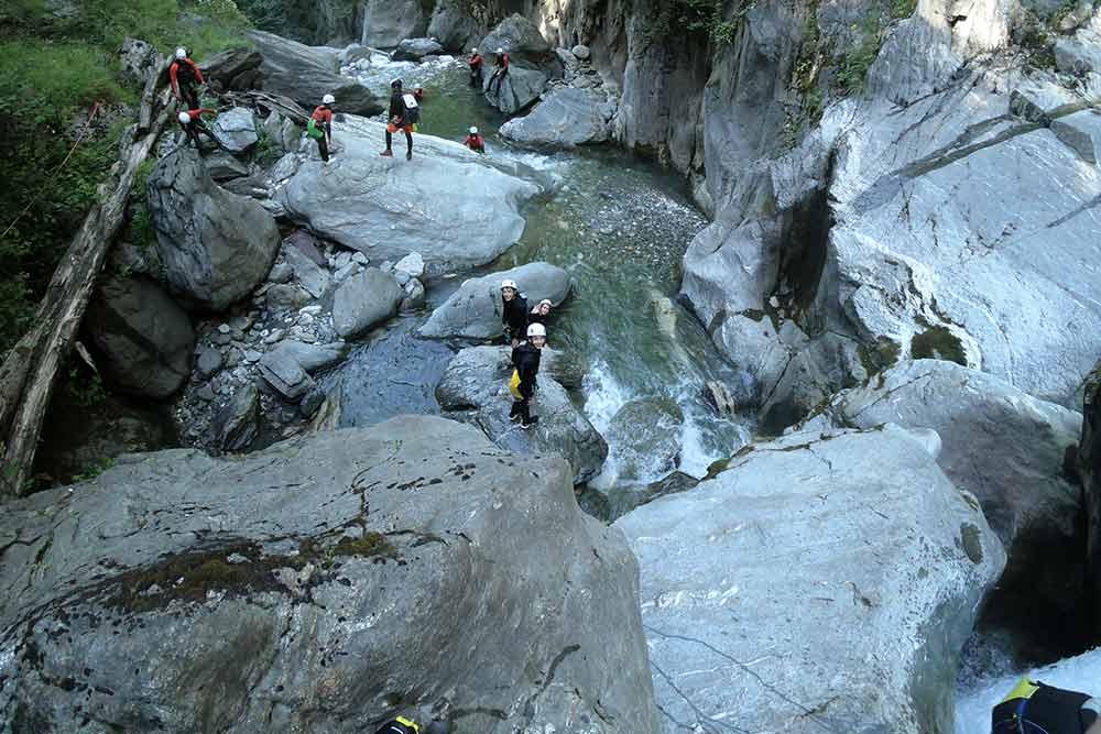 groupe qui marche canyoning eaux rousses