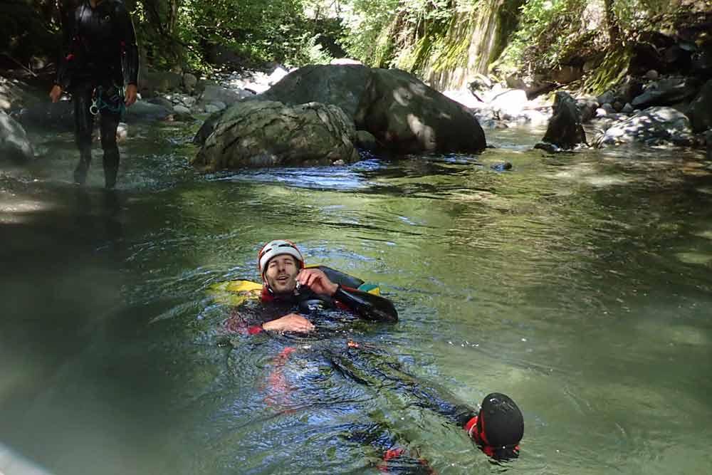 homme qui nage canyon des eaux rousses